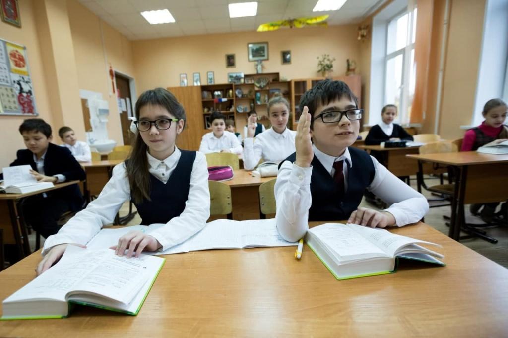 Ученица Вешняковской школы показала, как правильно делать снежинки